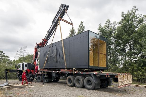 Container hus leveret med kranbil
